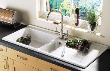 Будет ли функциональным размещение кухонной мойки у окна?
